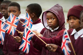 <p>Gugulethu. Geduldig: Kinder warten in Südafrika auf die Ankunft von Englands Premierministerin Theresa May.</p>