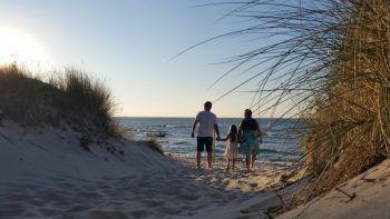 """<p class=""""caption"""">Gunnar mit Karin und Tochter Anna-Lena an der Ostsee.</p>"""