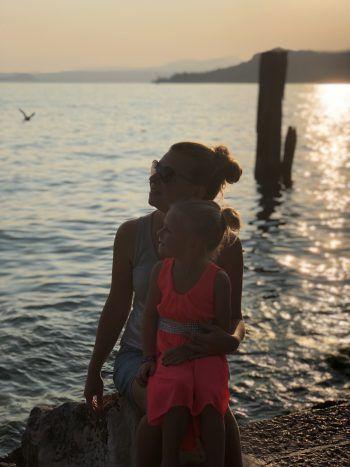 "<p class=""caption"">Hannah (4) mit Mama im Urlaub in Bardolino.</p>"