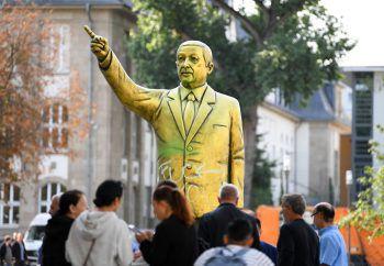 """<p>Hessen. Kurios: Eine goldene Erdogan-Statue steht auf dem Platz der Deutschen Einheit. Sie wurde im Rahmen des Kunstfestivals """"Wiesbaden Biennale"""" aufgestellt.</p>"""