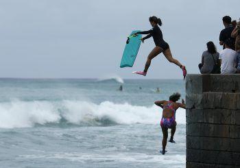 """<p>Honolulu. Leichtsinnig: Kurz vor einem Hurricane springen""""Bodyboarder"""" noch ins Meer.</p>"""