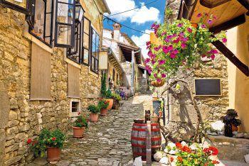 """<p class=""""caption"""">In den kleinen Gassen der Städte kann man das kroatische Flair genießen. </p>"""