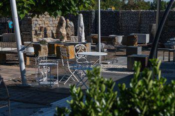 """<p class=""""caption"""">In der Natursteinausstellung sind verschiedene Brunnentröge, Quellsteine und Wasserspiele zu finden – einfach vorbeikommen und sich inspirieren lassen!</p>"""