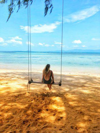 "<p class=""caption"">Kati (22) genießt den Blick aufs Meer auf Koh Phangan.</p>"