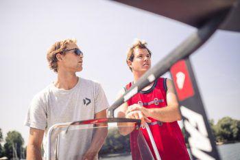 """<p class=""""caption"""">Lukas Kneissel und Windsurf-Weltcup-Sieger Marco Lang zeigten in Workshops allen Interessierten, auf was es auf dem Board ankommt. </p>"""