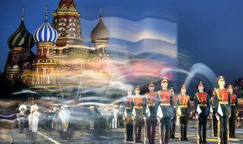 <p>Moskau. Künstlerisch: Das russische Militär bei Feierlichkeiten auf dem Roten Platz.</p>