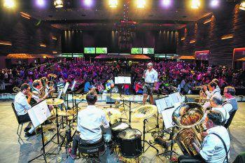 Musikkapellen und Bands aus dem ganzen Land treffen sich im festlich geschmückten Wirtschaftszelt und sorgen für perfekte Stimmung.