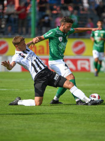 Nemanja Celic (FC Junios OÖ) im Duell mit Sandro Djuric (A. Lustenau).Fotos: GEPA/Lerch