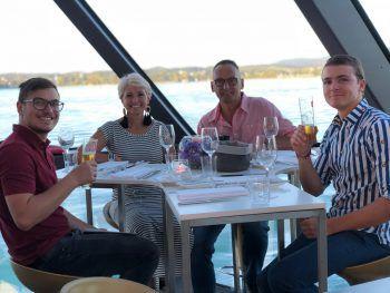 """<p class=""""caption"""">Niko und Niki mit Karin und Klaus Gfall genossen den wunderbaren Sommerabend an Bord. Fotos: Harald Otti</p>"""