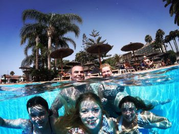 """Papa Bernhard, Mama Manuela und ihre Kinder Eliana, Noelle und Michelle konnten mit ihrem Schnappschuss vom Urlaub auf Gran Canaria die Jury überzeugen und machten das Rennen in der Kategorie """"Print""""."""