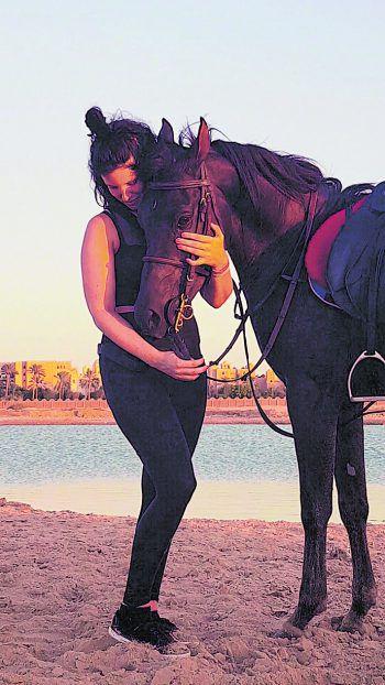 """<p class=""""caption"""">Reiten am Strand und in der Wüste gehört für Anja bei jedem Ägypten-Urlaub dazu.</p>"""