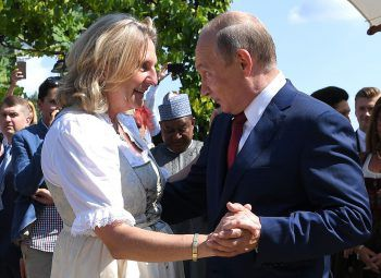 Russlands Päsident Putin bei einem Tänzchen mit Karin Kneissl. Foto: Reuters