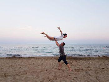 "<p class=""caption"">Sandra (30) und David (31) am Strand in Bibione.</p>"