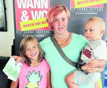 """<p class=""""caption"""">Sandra aus Nenzing und ihre beiden Kinder freuen sich sehr über die 200 Euro """"Wohnzuschuss"""" in bar. WANN & WO und die ImmoAgentur gratulieren der Familie! Foto: W&W</p>"""