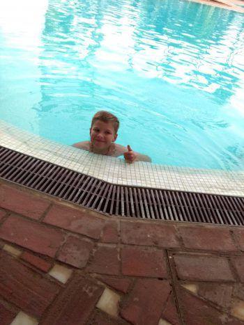 "<p class=""caption"">Simon im Hotelpool auf Teneriffa.</p>"