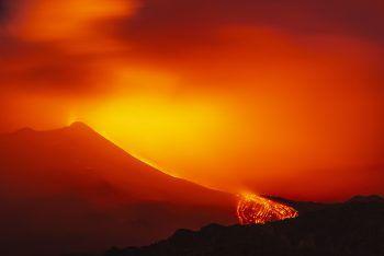 <p>Sizilien. Spektakulär: Fast konstant tritt derzeit aus dem Ätna Vulkan Lava aus.</p>