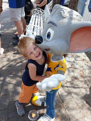"""<p class=""""caption"""">Tiago (3) das erste mal im Europa-Park und gleich verliebt in die Maus.</p>"""