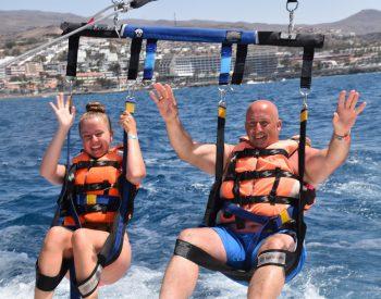 "<p class=""caption"">Tochter Lea (15) und Papa Bernhard beim Parasailing auf Gran Canaria.</p><p class=""caption"" />"