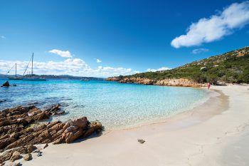 """<p class=""""caption"""">Türkisblaues und kristallklares Meerwasser umgibt die Insel Sardinien.</p>"""