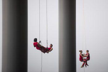<p>Vancouver. Luftige Höhen: Diese Artisten hängen an Seilen vom Convention Center während der Eröffnung des ornithologischen Kongresses.</p>