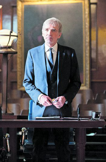 Wenigstens vor Gericht trägt Billy dann doch einen Anzug.Foto: Amazon