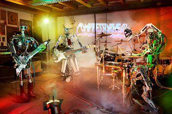 """Zukunftsmusik: Die Roboter-Band """"Compressorhead"""" spielt mehrmals täglich live im Ladehof der Halle 10."""