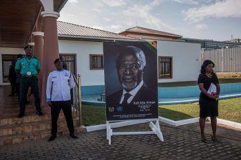 <p>Accra. Betroffen: Die sterblichen Überreste von Kofi Annan werden in seinem Heimatland Ghana erwartet. Fotos: AFP, Reuters, AP</p>