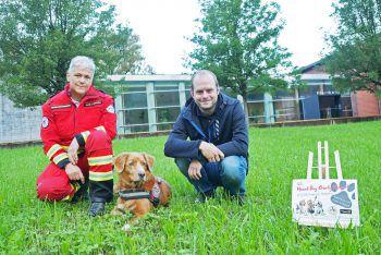 Andrea Lux mit Rettungshund Geeon und Johannes Neumayer. Foto: handout/Neumayer
