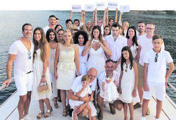 """<p class=""""caption"""">Auf diesem Bild hatte Dominic (ganz links) den Heiratsantrag an die zu diesem Zeitpunkt noch ahnungslose Ines versteckt. Fotos: handout/Ines Kuntner, Faksimile: W&W</p>"""
