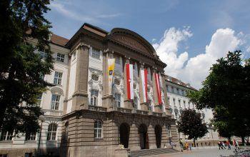 """<p class=""""caption"""">Ausgewählte Veranstaltungen finden auch an der Universität Innsbruck statt.</p>"""