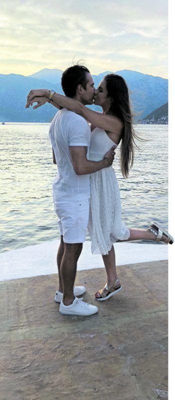 Das frisch verlobte Traumpaar nach dem romantischen und sehr emotionalen Antrag auf einem Boot in der malerischen Bucht von Kotor in Montenegro.