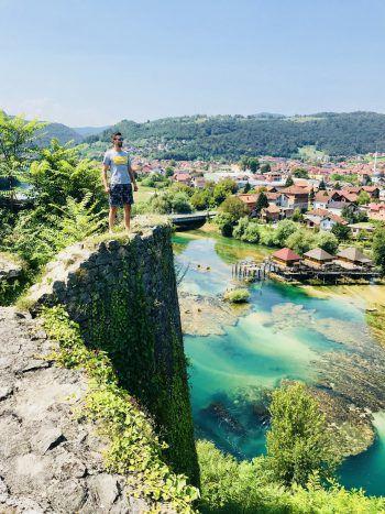 "<p class=""caption"">Denis im Urlaub in Bosnien.</p><p class=""caption"" />"