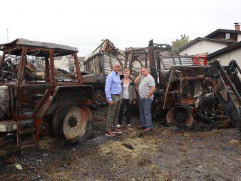 Der Höchster Bürgermeister Herbert Sparr mit Sonja und Wolfgang Fink inmitten der verkohlten Überreste.Fotos: MB