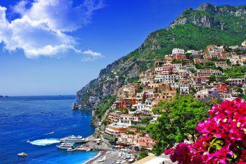 """Die Amalfiküste gilt als """"schönste Küste der Welt"""" und lockt mit einer wunderbaren Aussicht und geschichtsträchtigen Bauwerken. Fotos: handout/Herburger Reisen, Shutterstock"""