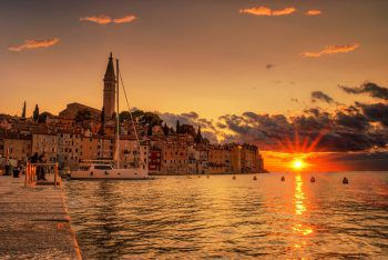 """<p class=""""caption"""">Die Sonnenuntergänge an Kroatiens Küsten versprechen Urlaubsfeeling. </p>"""