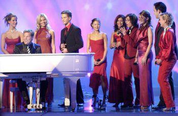 """Dieter Bohlen und die Teilnehmer von """"Deutschland sucht den Superstar"""" 2003. Als Vierter von rechts steht Daniel Küblböck mit dem Mikrofon in der Hand. Foto: dpa"""