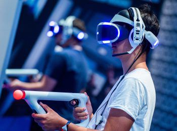 Ein Spieler testet die PSVR auf der Gamescom in Köln. Fotos: Oculus, HTC, Sony, Pimax