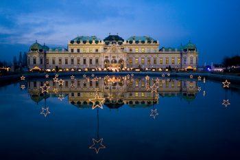 Die Lichtinstallationen bei bekannten Sehenswürdigkeiten, wie etwa dem Schloss Belvedere, versprühen vorweihnachtlichen Glanz. Fotos: handout/High Life Reisen