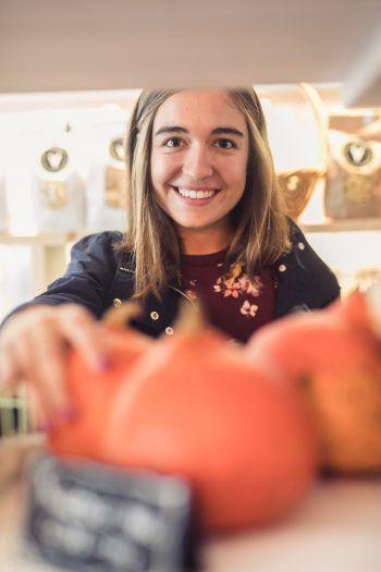 """<p class=""""caption"""">Gesund und nachhaltig einkaufen kann Hannah bei Frida Bio.</p>"""