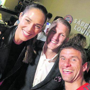 Lächeln: Nach dem Spiel Bayern München – Chicago Fire, bei dem er für beide Teams jeweils eine Halbzeit spielte, postete Bastian Schweinsteiger ein Selfie mit seiner Frau Ana und Thomas Müller.