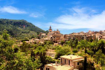 """<p class=""""caption"""">Auf Mallorca gibt es vieles zu entdecken – malerische Orte und Städtchen laden zum Verweilen ein und auch Sonnenanbeter kommen an traumhaften Stränden nicht zu kurz.</p>"""