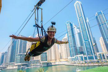 Manuela aus Lustenau schwebt an der Zip-Line über Dubai.
