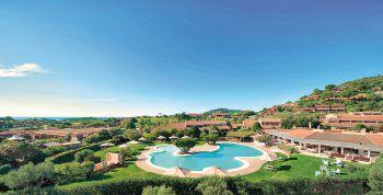 """<p class=""""caption"""">Mit einer idyllischen Lage überzeugt das Hotel Chia Laguna Village**** auf Sardinien . </p>"""