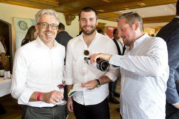 """<p class=""""caption"""">Richard Zündel mit Sohn Lucas und Winzer Günther Horvath.</p>"""