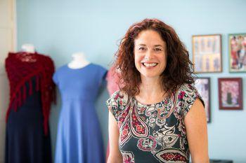 """<p>Susanne Bell, Kleidheit: """"Als Ein-Frau-Unternehmen fühle ich mich in Hohenems besonders wohl, weil sich in der historischen Innenstadt schon viele kleine Handwerksbetriebe angesiedelt haben. In diesem kreativen Umfeld habe ich Gleichgesinnte gefunden, die zusammenhalten.""""</p>"""