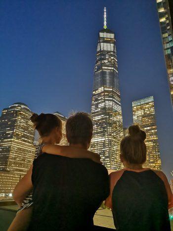 """<p class=""""caption"""">Tanja mit ihren Töchtern Kim (11) und Mia (7) in New York vor dem imposanten One World Trade Center.</p>"""