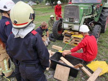 """<p class=""""caption"""">Unter der Anleitung von Profis lernen die jungen Feuerwehrler für den Ernstfall.</p>"""