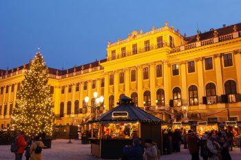 """<p class=""""caption"""">Kunsthandwerk und Köstlichkeiten findet man auf den zahlreichen Weihnachtsmärkten.</p>"""