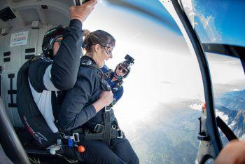 """<p class=""""caption"""">Adrenalin pur: An der Hubschraubertür pocht das Herz bis zum Hals.</p>"""