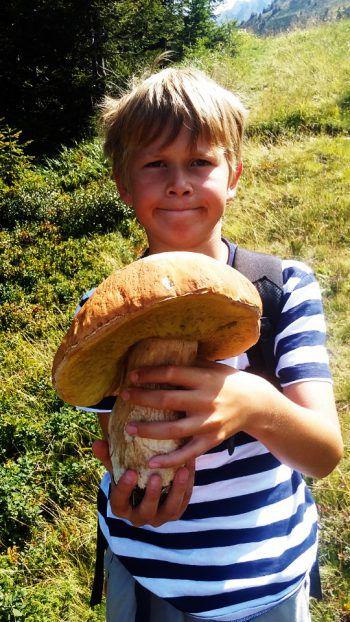 """<p class=""""caption"""">Adrian (10) mit seinem riesigen, im Montafon gefundenen, Steinpilz.</p>"""